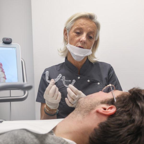 Le Dr Severin réalise un soin orthodontique